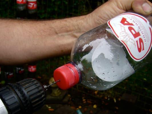 Đục lỗ chai nhựa để thoát nước tốt hơn